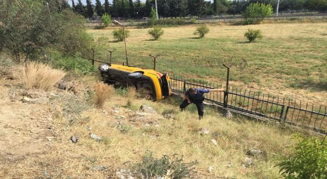 Virajı alamayan taksi şarampole devrildi