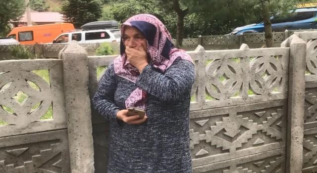 Mahsur kaldığı alandan kepçe ile kurtarılan kadın, gözyaşlarını tutamadı
