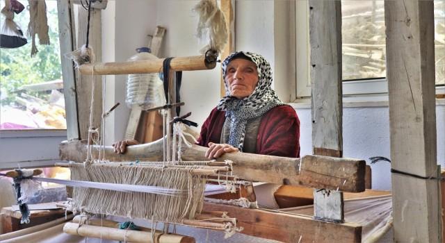 Son dokuma ustası 1800'lü yıllardan kalma tezgahta Nikfer bezi dokuyor