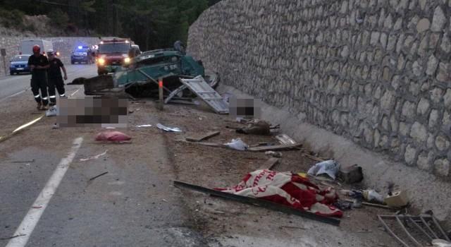 Koyun yüklü kamyon devrildi: Baba ve oğlu hayatını kaybetti