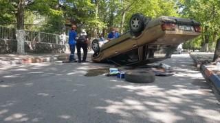 Aydınlatma direğine çarpıp ters dönen otomobil sürücüsü 400 promil alkollü çıktı