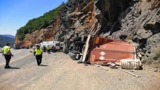 Azeri sürücünün kullandığı tır Zigana dağında yan yattı: 1 yaralı
