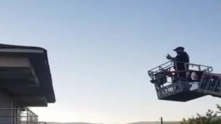 Bingöl'de çatıda ipe dolanan kırlangıcı itfaiye ekipleri kurtardı