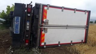 Burdur'da kamyon şarampole yuvarlandı: 2 yaralı