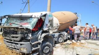 Beton mikseri, kırmızı ışıkta bekleyen kamyona çarptı