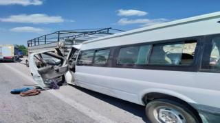 Tarım işçilerini taşıyan minibüs kamyonete arkadan çarptı, 17 kişi yaralandı