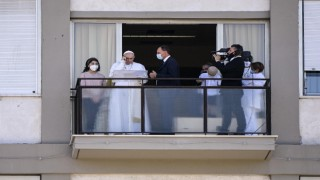 "Vatikan: ""Papa, birkaç gün daha hastanede kalacak"""