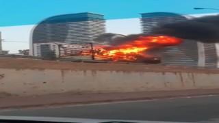 Esenyurt TEM bağlantı yolunda bir kamyon alev alev yandı